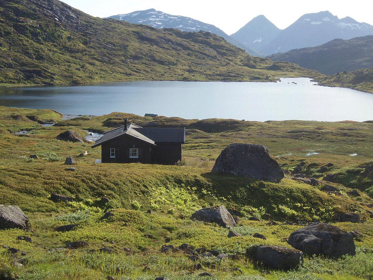 OLYMPUS DIGITAL CAMERA          Toralfsbu ligger lengst sør på ruta mellom Harstad og Kanstadfjorden ved første/nedre Kvitelvvatn. Om sommeren kan det ofte finnes snø i disse områdene.