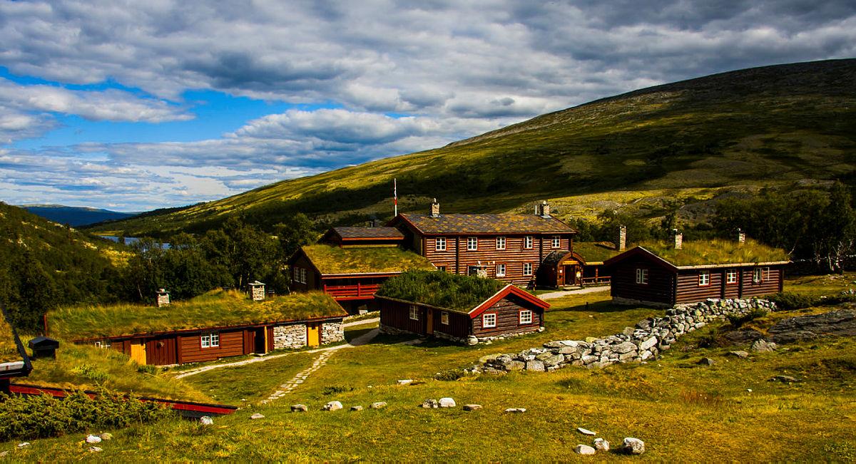 Idylliske Bjørnhollia har plass til færre gjester denne sommeren, grunnet smittevernregler. Bestyrerne melder om en nedgang i gjestedøgn på 29% sammenlignet med 2019.