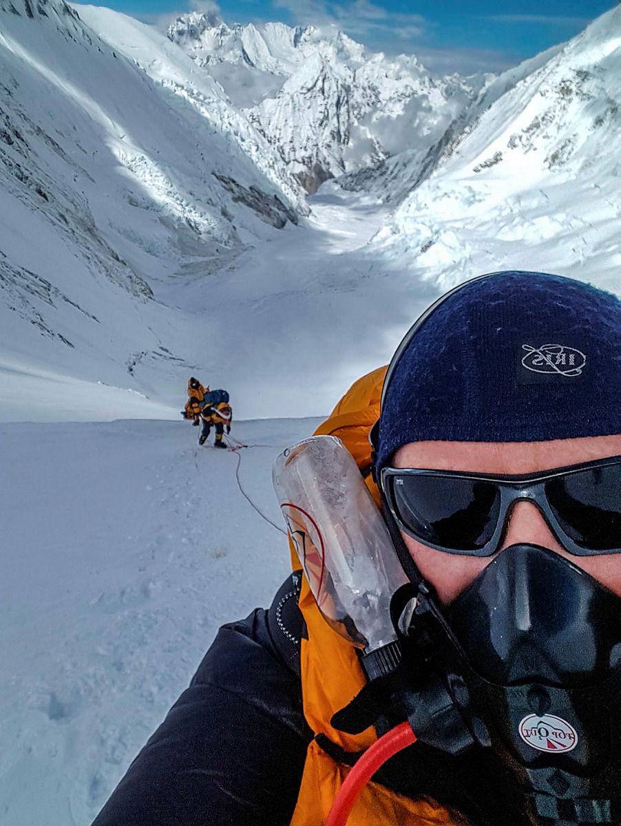 10.I camp 3 begynner vi bruken av oksygenmaske. Det er strengt tatt ikke nødvendig her, men viktig for å tilvenne seg den. Det er først på rundt 8000 moh. at den vil være en nødvendighet for å få tilstrekkelig oksygen. Det er noen ekstremklatrere hvert år som klatrer Everest uten ekstra oksygen, men ingen nordmenn har ennå greid det.