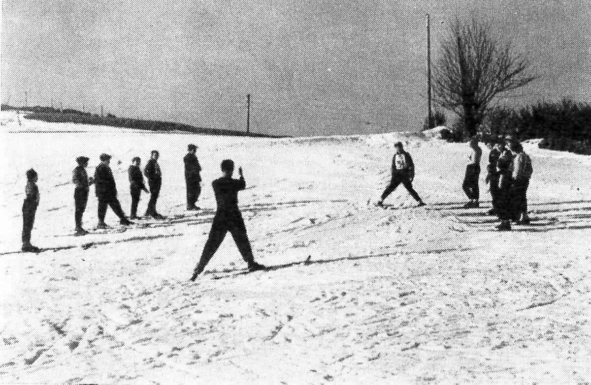 Fra et av de første årene med Skiskolen, antakelig 1958 eller 1959. Bildet er hentet fra årboka 1959 og viser trening på teknikken «plogbrems».