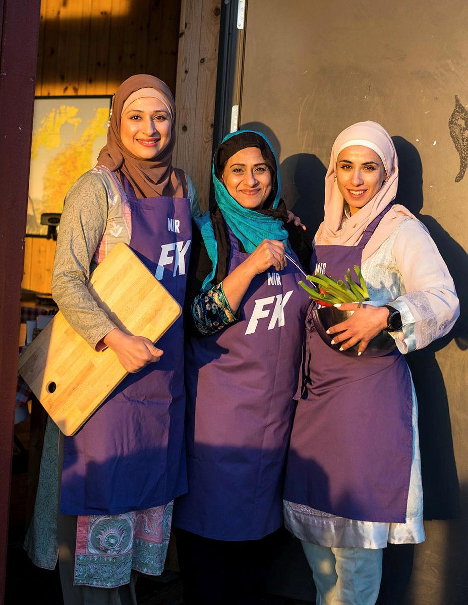 Shanze, Fouzia og  Amy Mir, kjent fra Familiekokkene på NRK, står for årets Gladmat-rett på Gramstad.