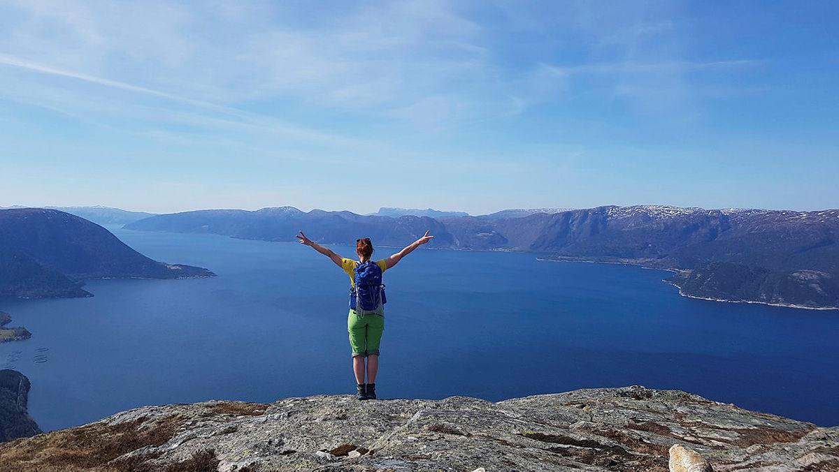 På toppen av Åkrenipa. Fenomenal utsikt over Sognefjorden.