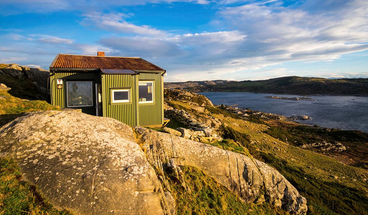 Utsikten fra hytta på Fjøløy er magisk!