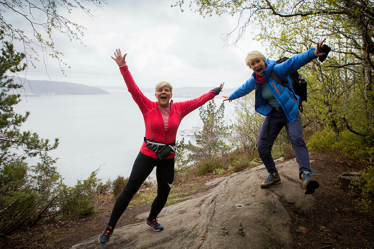 Byråd for eldre, helse og frivillighet Beate Husa på toppen av Permisjonsstien sammen med Helene Ødven i Turlaget.