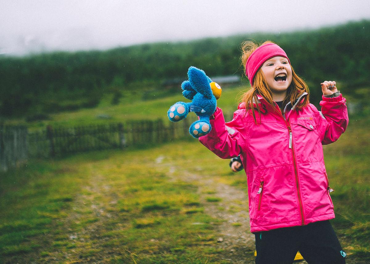 Ei lykkelig jente med Turbo-bamsen sin.