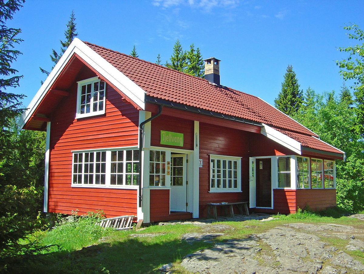 Fjellvang har 14 soveplasser på sovesal i 2. etasje, og strøm.