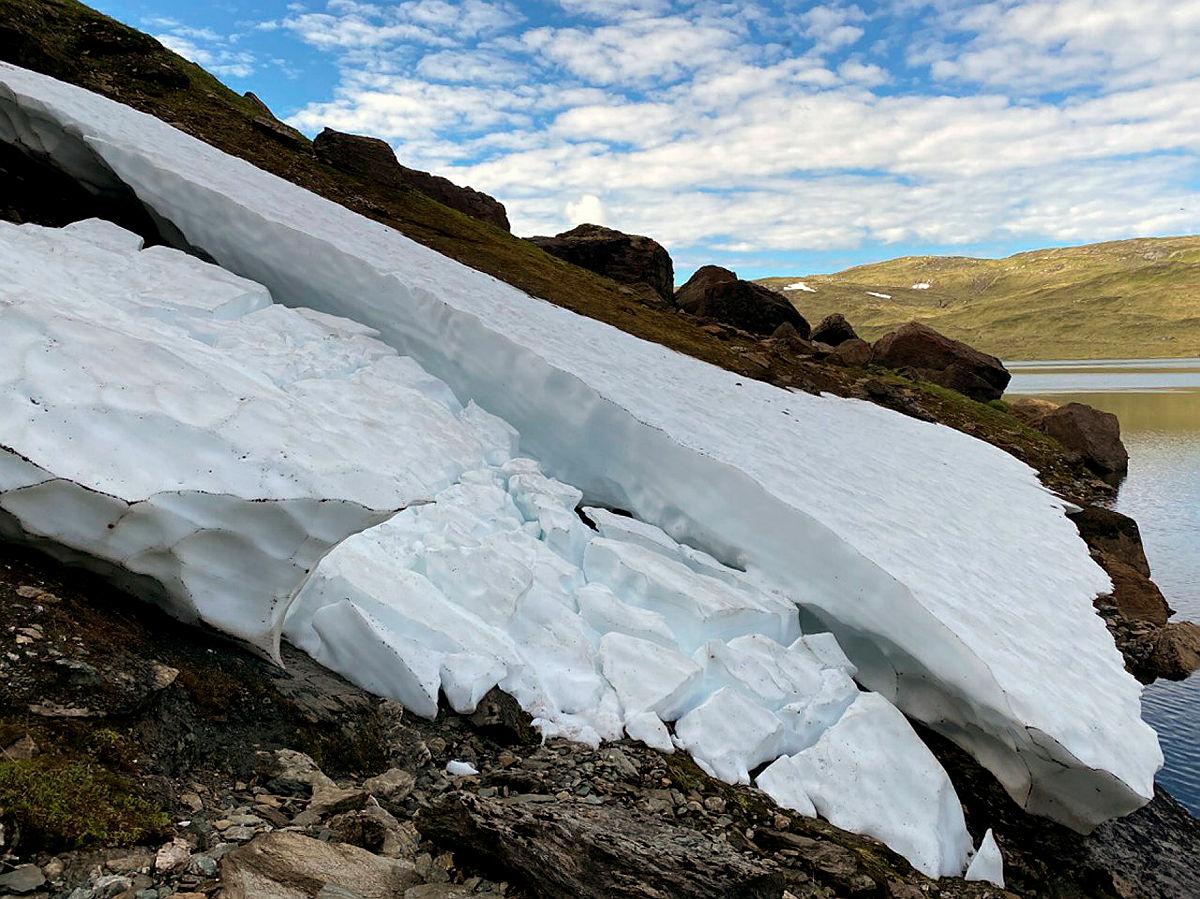 Kollapset snøfønn på vei fra Selhamar til Åsedalen. Denne kan du gå på oppsiden av.