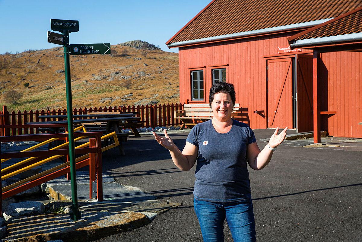 Bestyrer, Mona ønsker velkommen til fest på Gramstad!