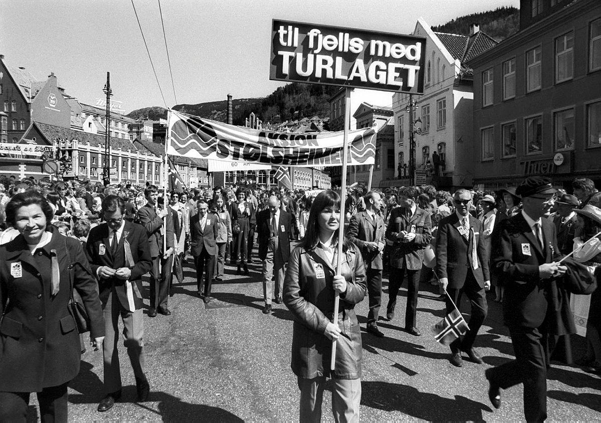 fra hovedprosesjonen 17.mai 1973 i Bergen. Bergen Turlag protesterer mot utbygging av Steinslandsvassdraget i Stølsheimen.