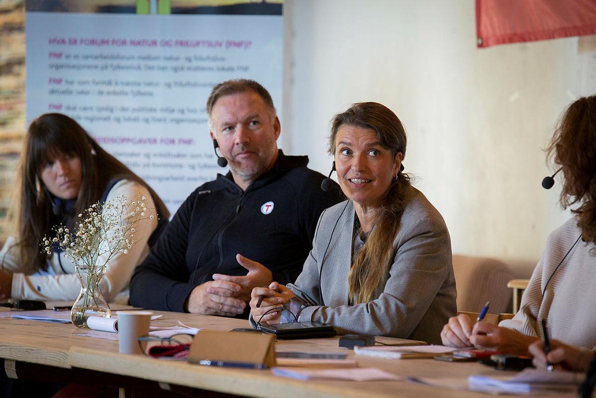Stortingspolitiker Liv Kari Eskeland (H) i debatt under vindkraftmøtet i Dyrkolbotn, 26. august 2020.