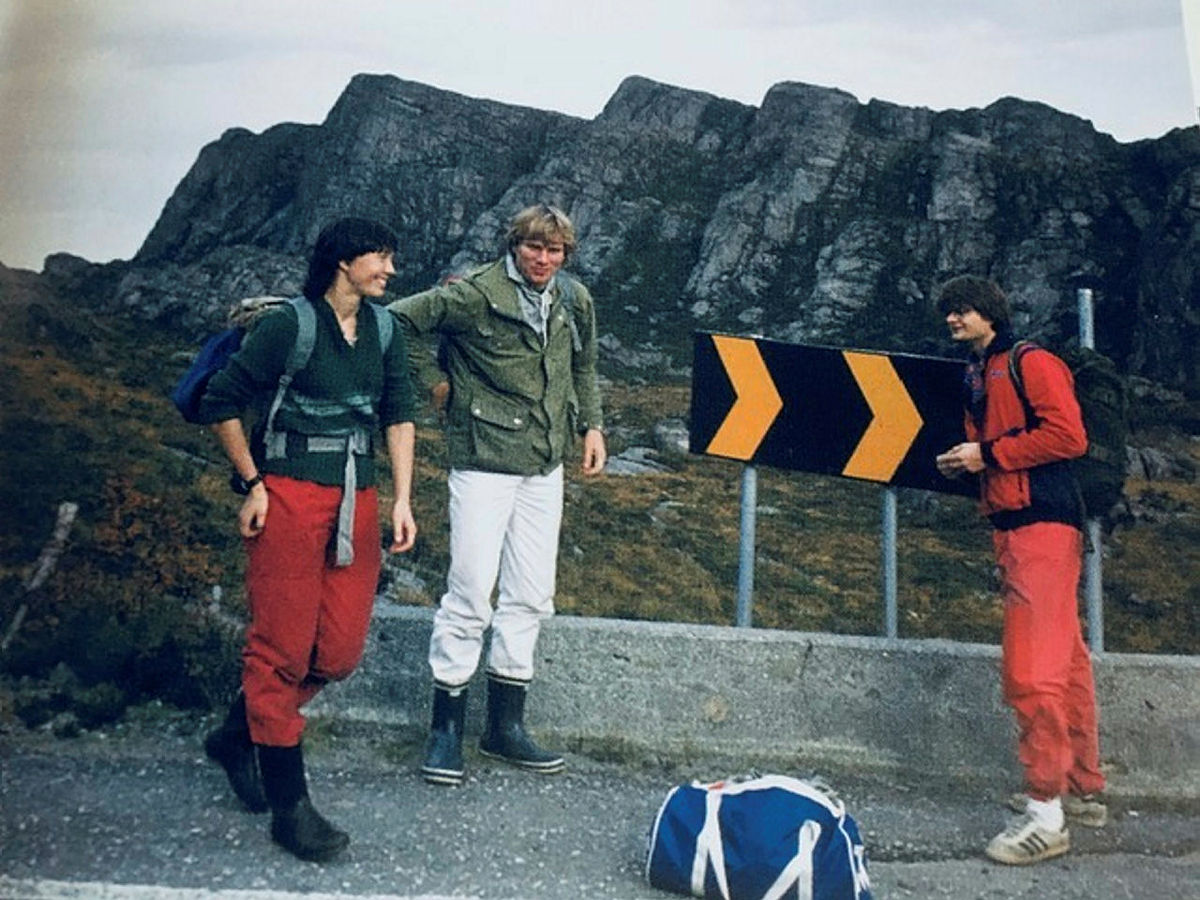 Borghild Hansen, Jørgen Sundby og Harald Henden i tids- riktig bekledning høsten 1982. Liafjell i bakgrunnen.