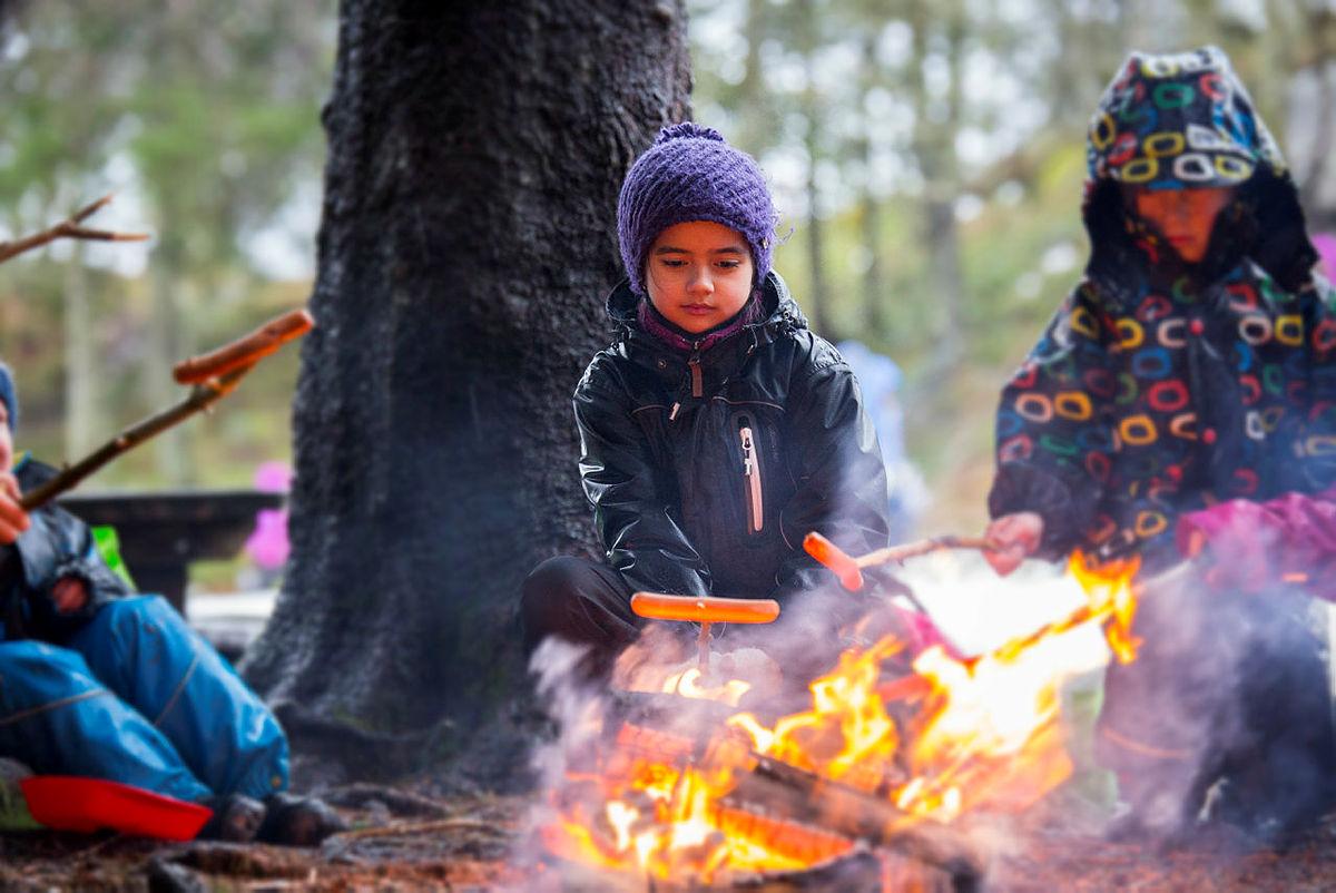 Yasmin (9) griller pølse på Kom deg ut-dagen på Fløyen i Bergen.