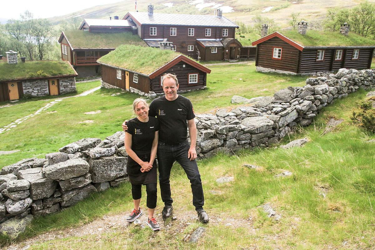 Beate Øygarden og Svein Aaseng er bestyrere på Bjørnhollia Turisthytte.