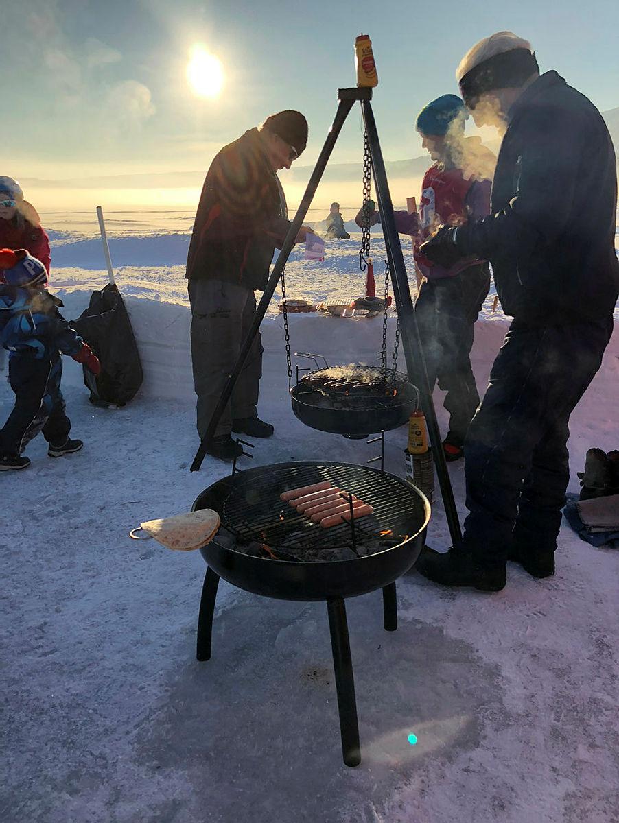 Nesten 500 små og store valgte å legge søndagsturen sin til Vingnesvika ved Mjøsa denne kalde, men fine dagen, sammen med DNT Lillehammer.