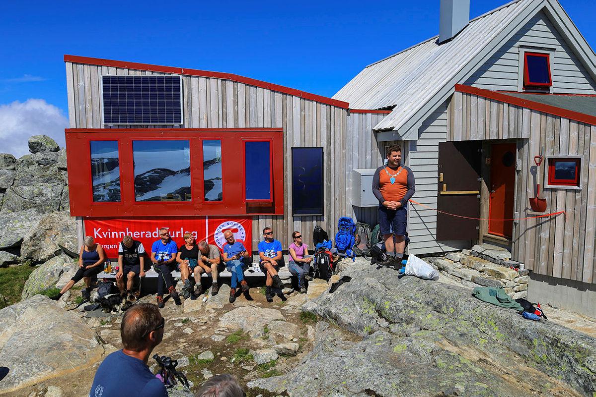 Ordfører Hans Inge Myrvold gikk opp til Fonnabu for å erklære nye Storstova på Fonnabu for åpnet.