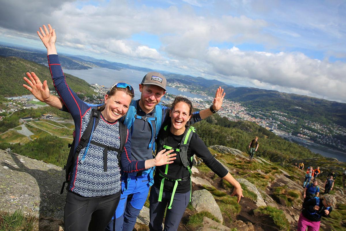 Glade vandrere på Løvstakken, med utsikt over Askøy, Byfjorden og sentrum.