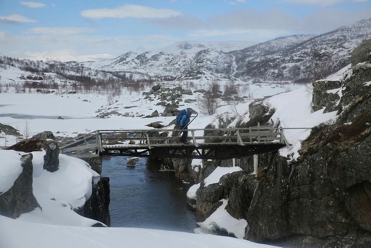 Over bro ved Viveli, på vei til Hadlaskard.