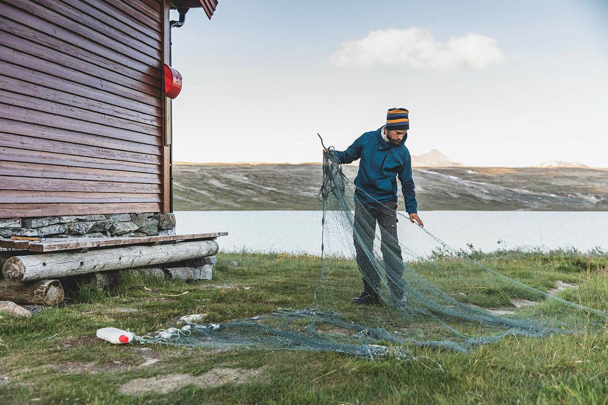 Erik Friele Lie går over garnet som kan lånes ved Bjellåvasstua.