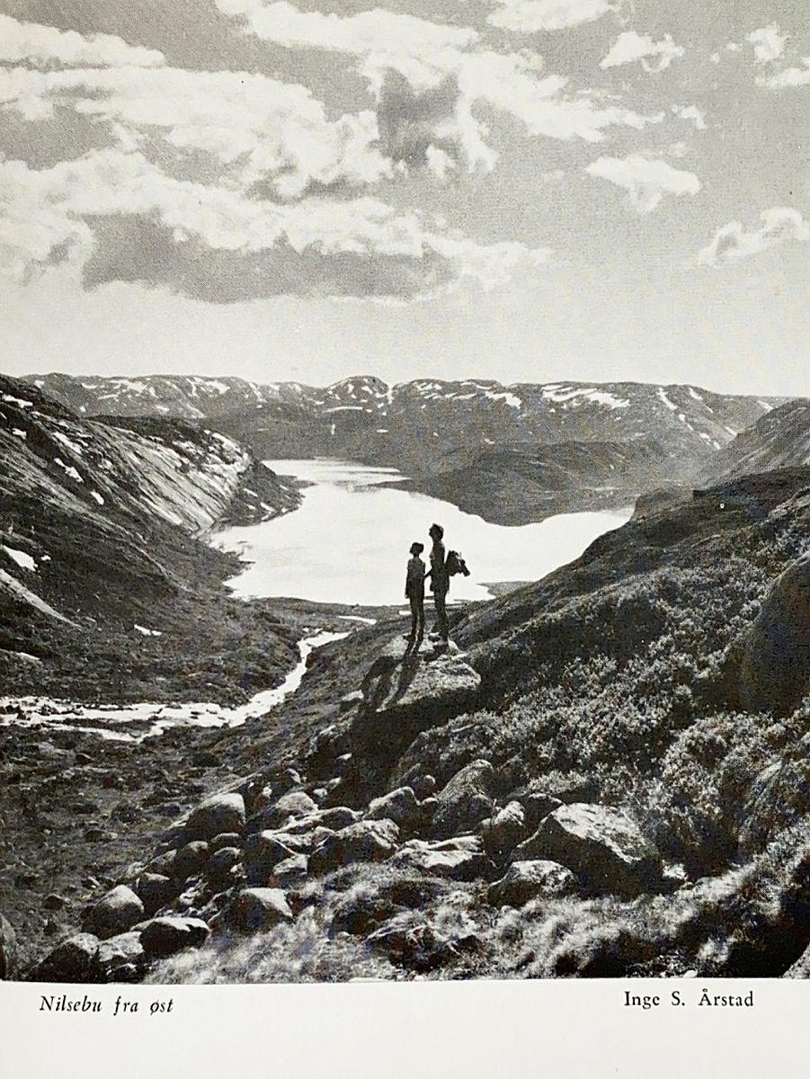 Bidrag i fotokonkurransen i årboka fra 1965. Motivet er fra Nilsebu i øst.