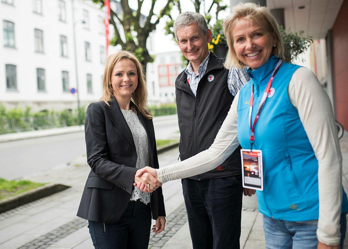 Nils Øveraas og Berit Kjøll tar imot kulturminister Linda Helleland på DNTs landsmøte