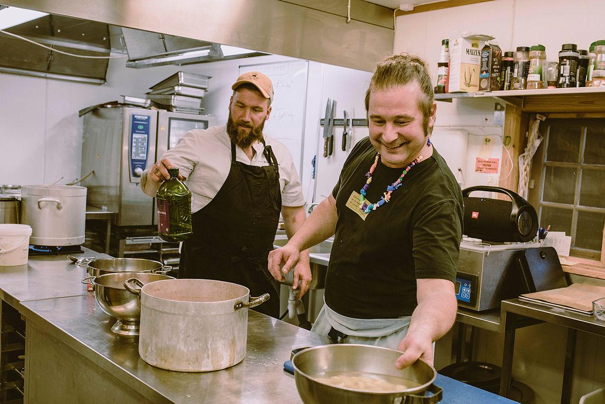 Ove Lilleengen sammen med bror og kokk Magnus Lilleengen. På Sota Sæter har de et mål om at 90% av råvarene skal komme fra Skjåk.