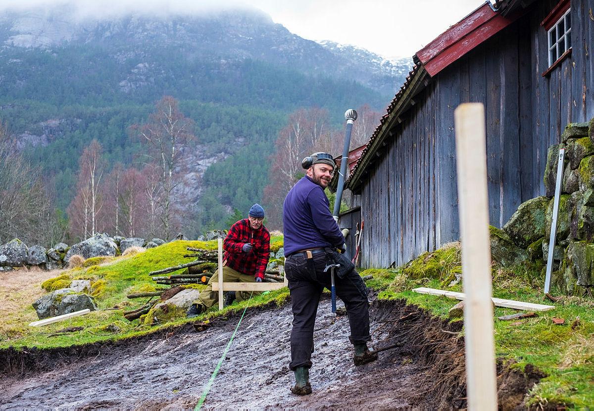 Bilder fra første dugnadshelg på nye Bakken gard 29.-31. mars 2019. Riving av uthus, utstikking av ny tomt til sanitærbygg.