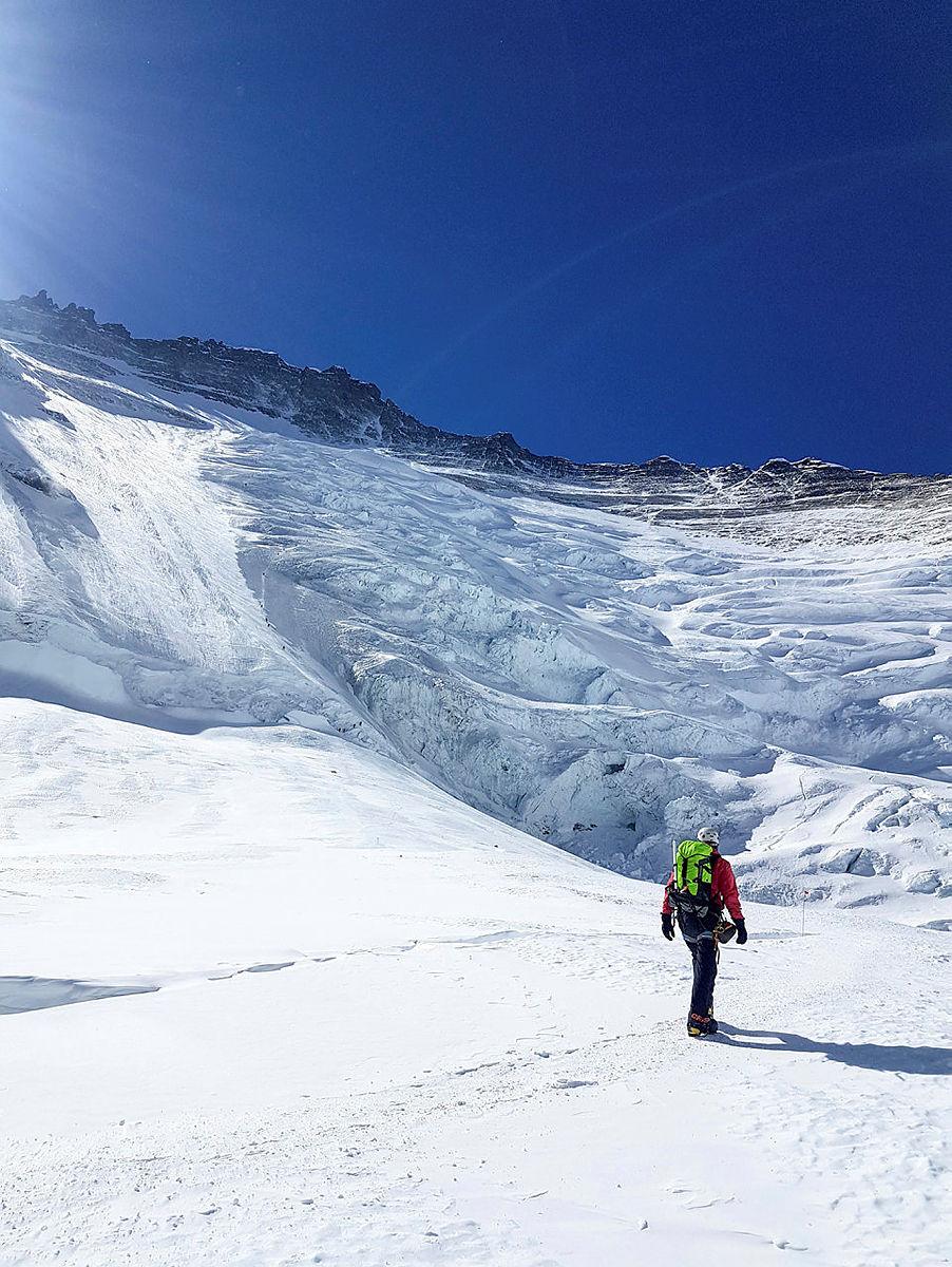 6.Før man begir seg på toppstøtdagene må man akklimatiseres. Det vil i hovedsak si å tilvenne seg høyden. Her er jeg på andre akklimatiseringsrunde. Foran meg er den berømte Lhotseveggen, et bratt brefall som strekker seg nesten 1000 høydemeter opp fra i underkant av 7000 moh. Jeg skal opp til camp 3, som ligger midt i Lhotseveggen.