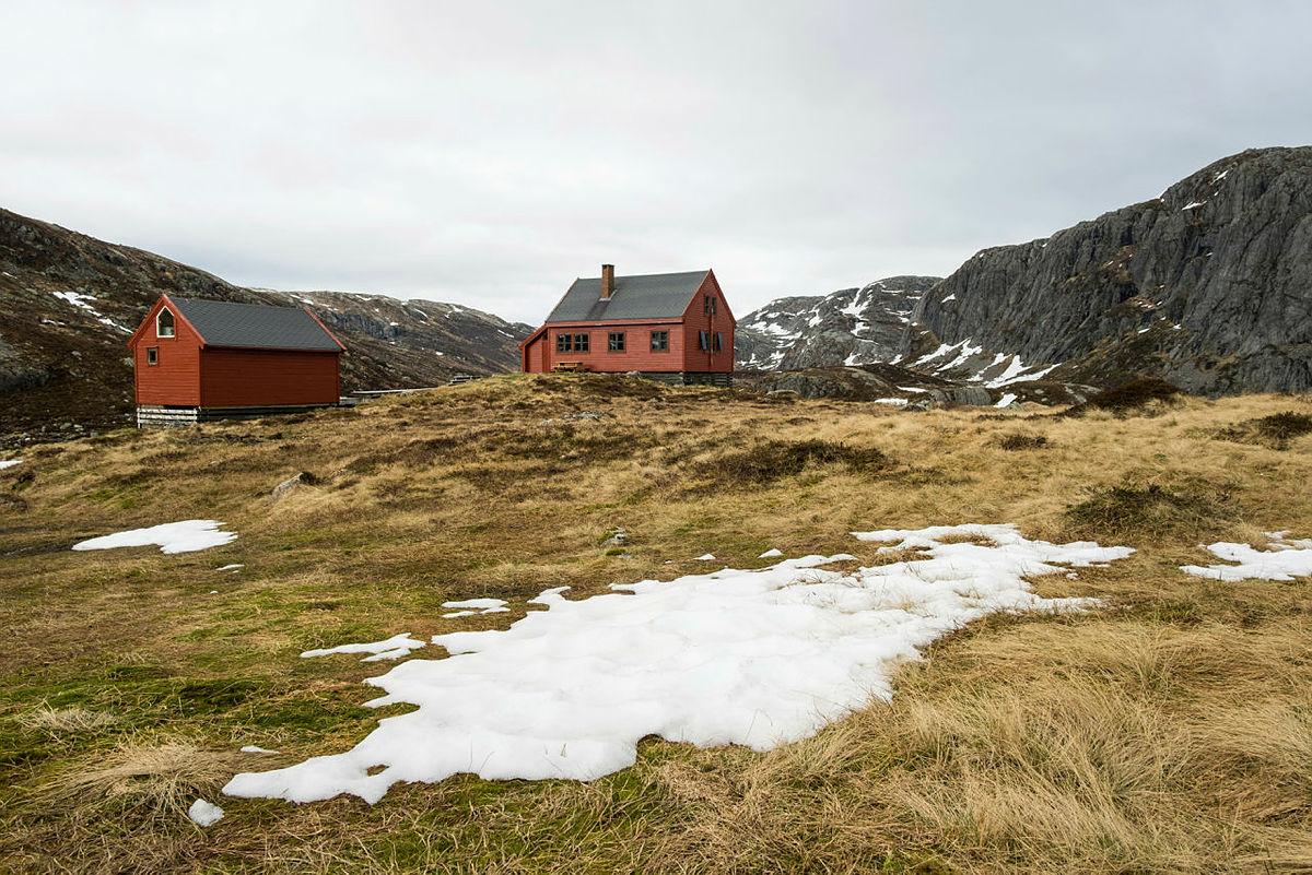 Stakken turisthytte i Hjelmeland. Bilder fra mai 2021.