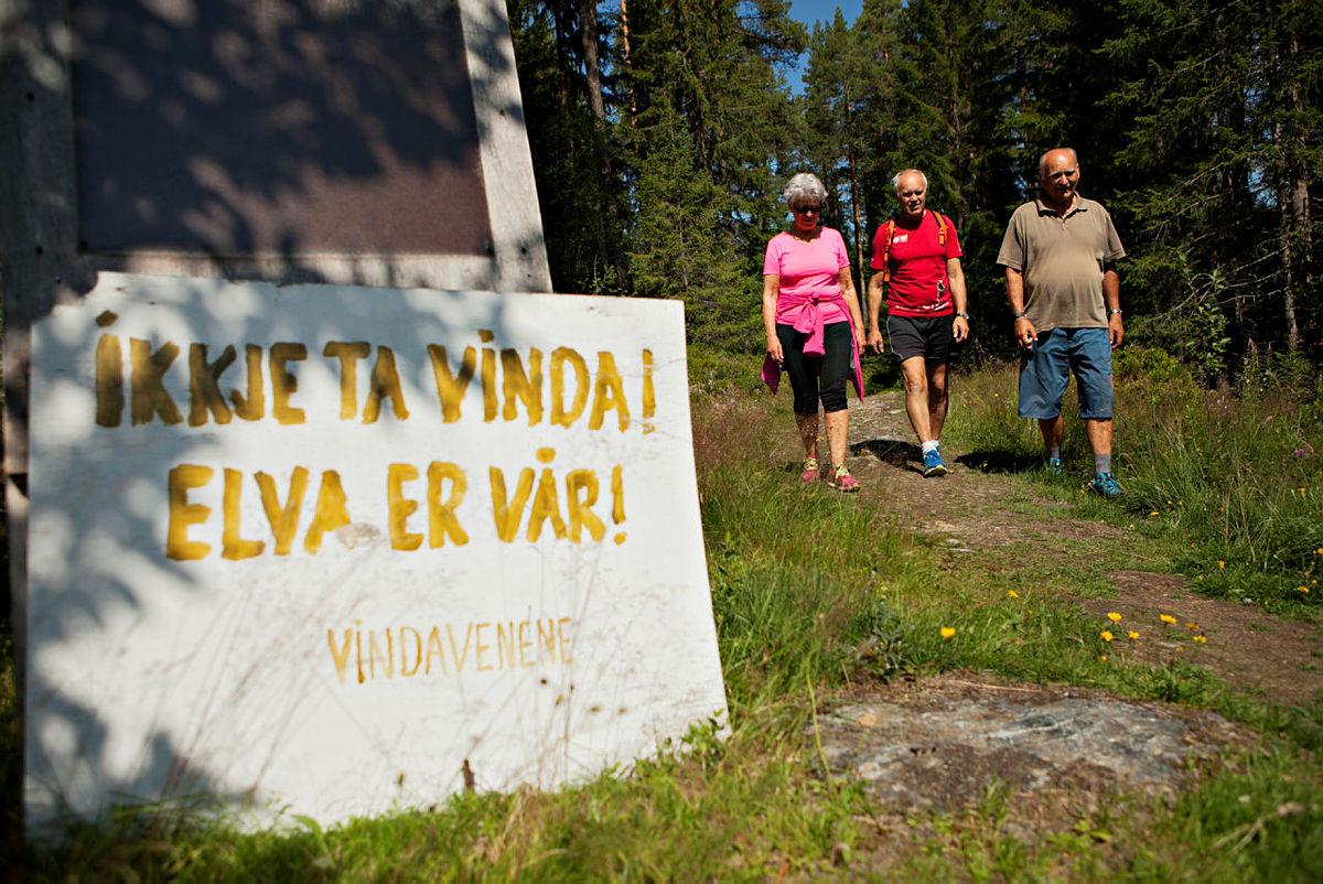 """Gruppa """"Aksjon Vern Vinda"""" har mange medlemmer. Her representert ved elvenabo Liv Hirth Skjel, leder for DNT Valdres, Tor Harald Skogheim og leder for gruppe, Bjørn Kjensli."""