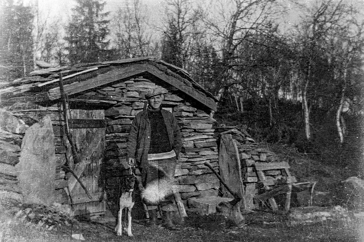 Eit foto som Kristen fekk frå Kari og Hans Wassrud var til stor hjelp ved oppattbygginga. Bildet frå 1940 talet viser korleis bua såg ut. Det er Hallvard Wassrud og hunden Tell som står framfor bua.