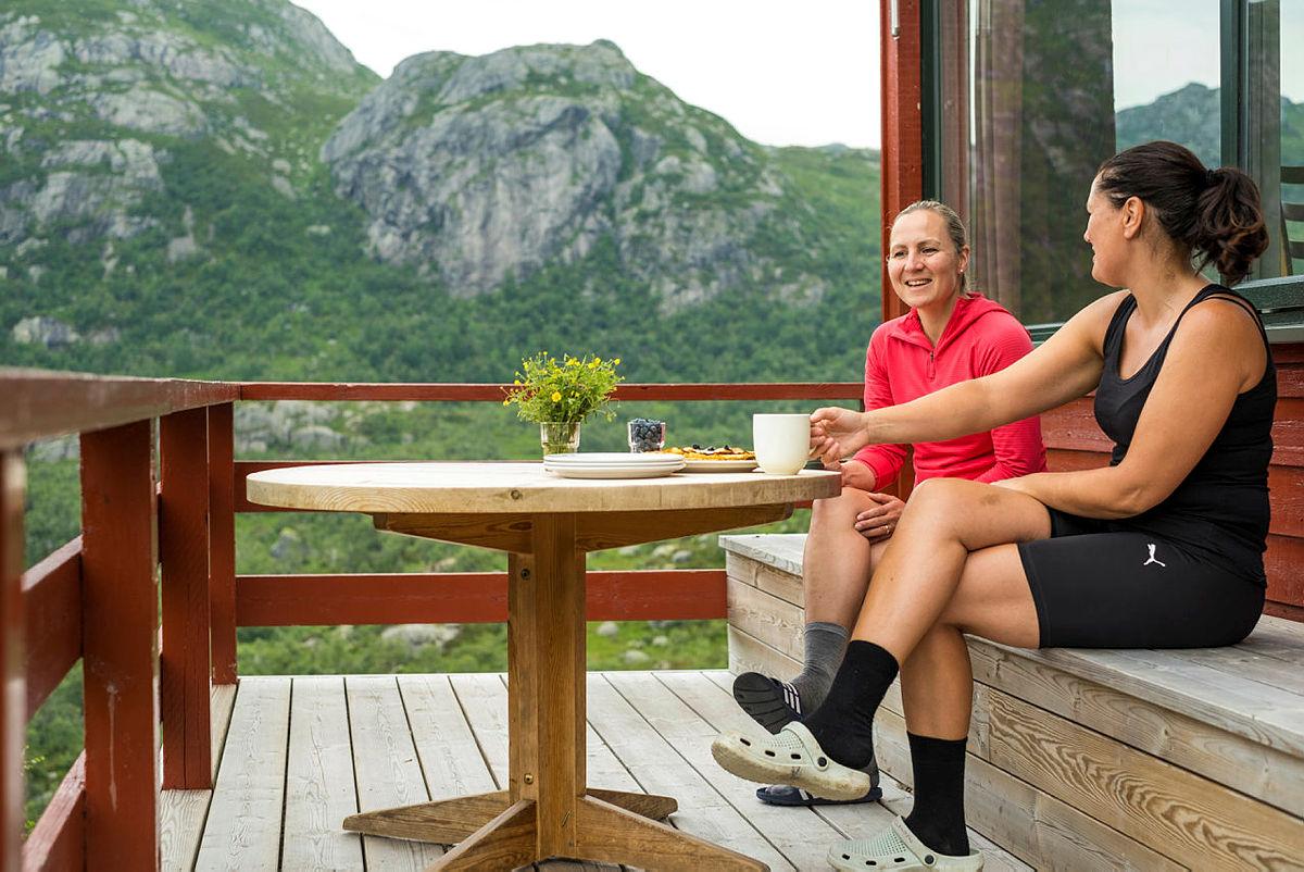 Gode samtaler og en varm kopp kaffe nytes på Blåfjellenden.
