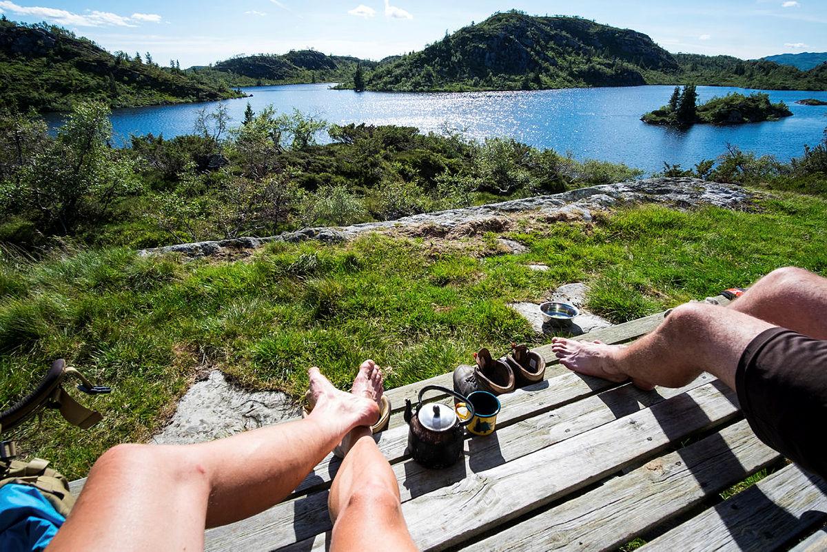 Nutevasshytta i Austheiene i nydelig sommervær. Kaffe på trappa. Solnedgang.