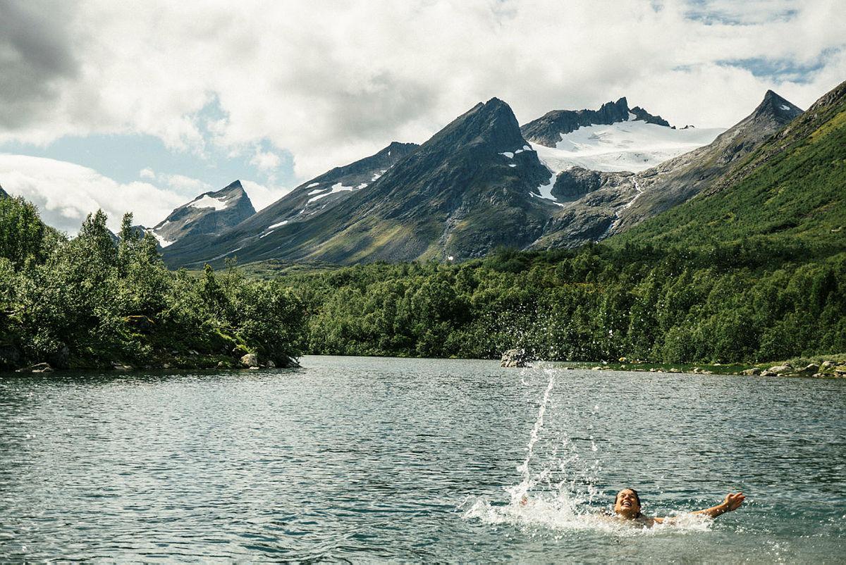 Bading i fjellvann.