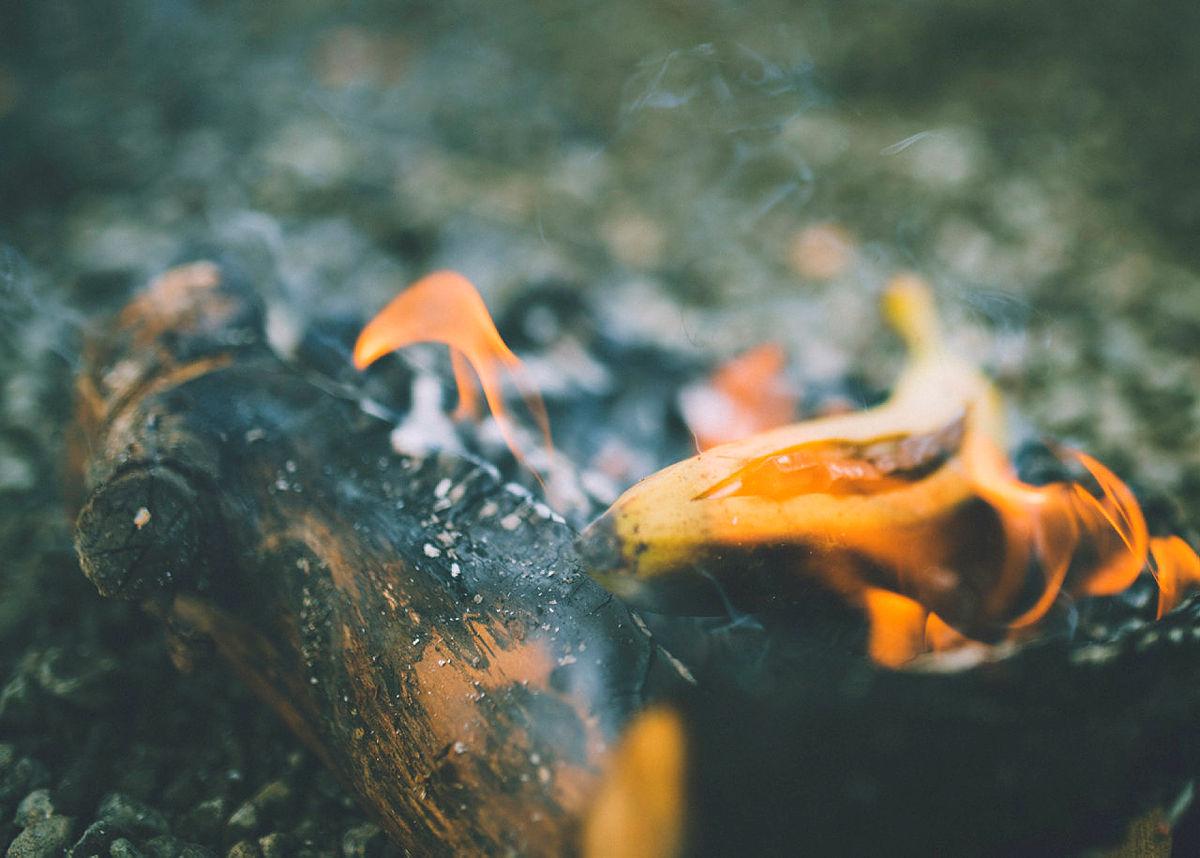 Hyttevaktene har hovedansvar for grilling av bananer med sjokolade på bålet ved Hovinkoia.....