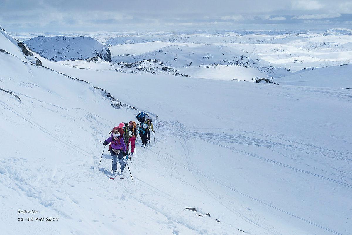 Nybegynnertur på randoneeski til Snønuten i Ryfylkeheiane. Skitur på perfekt vårskiføre.
