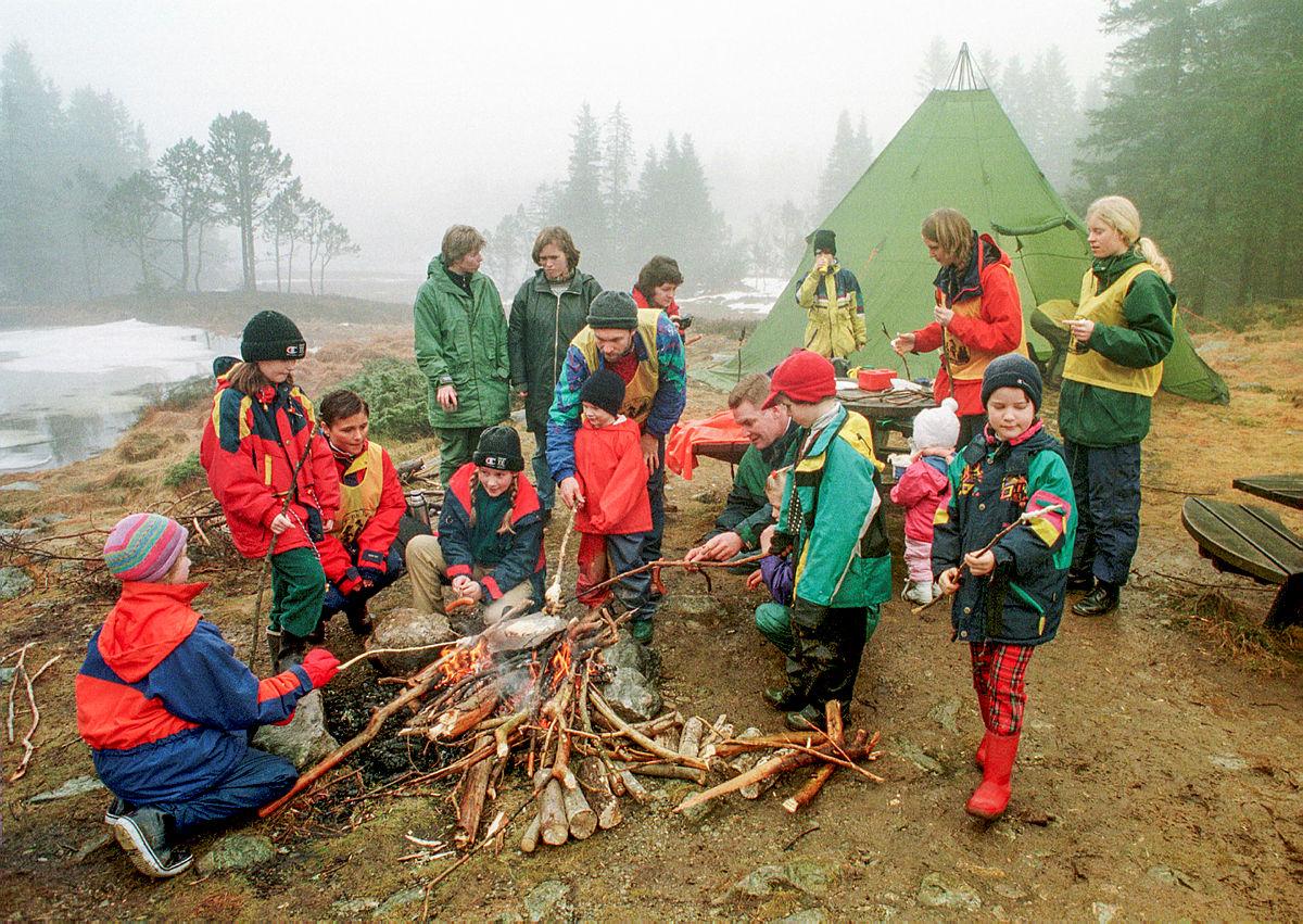 Februar 1998 Barnas Turlag, Bergen Turlag, griller pølser ved leirbål på Fløyen, Fløyfjellet, Bergen.