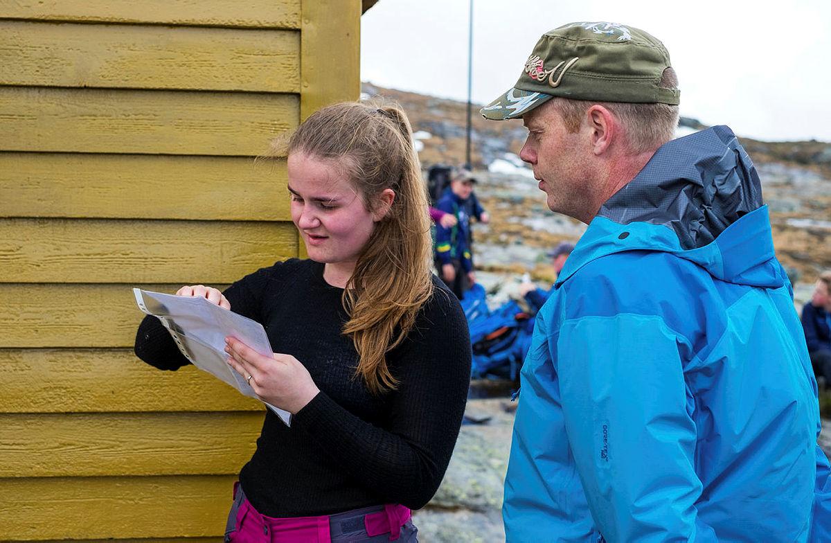 OPPPGAVE: Karina Bjordal viser lærer Marius Solberg hvor de er på kartet.