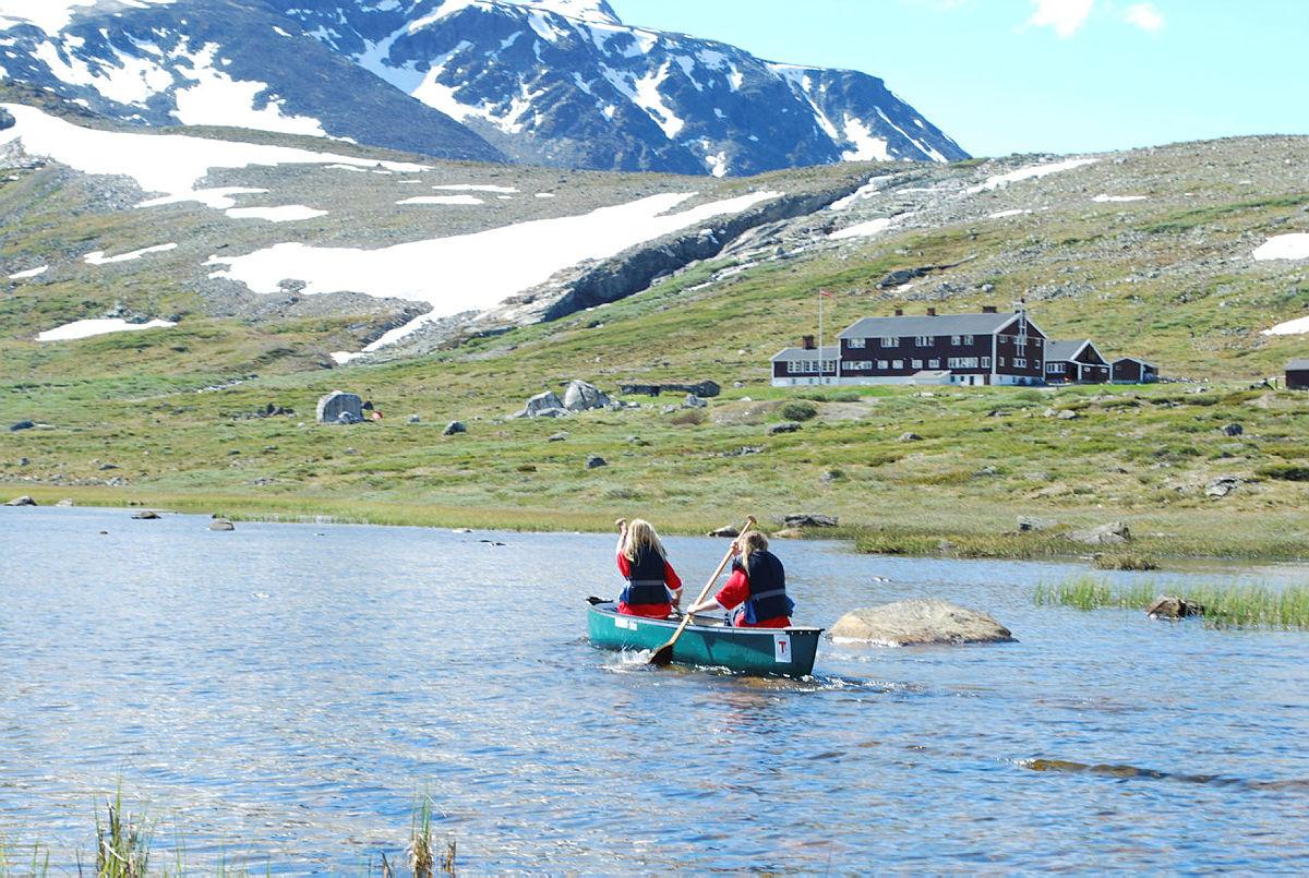 """Fjellcamp for ungdom sommer 2010. Reportasje i DNTs årbok samme år: """"Glitrende leir i fjellet""""."""