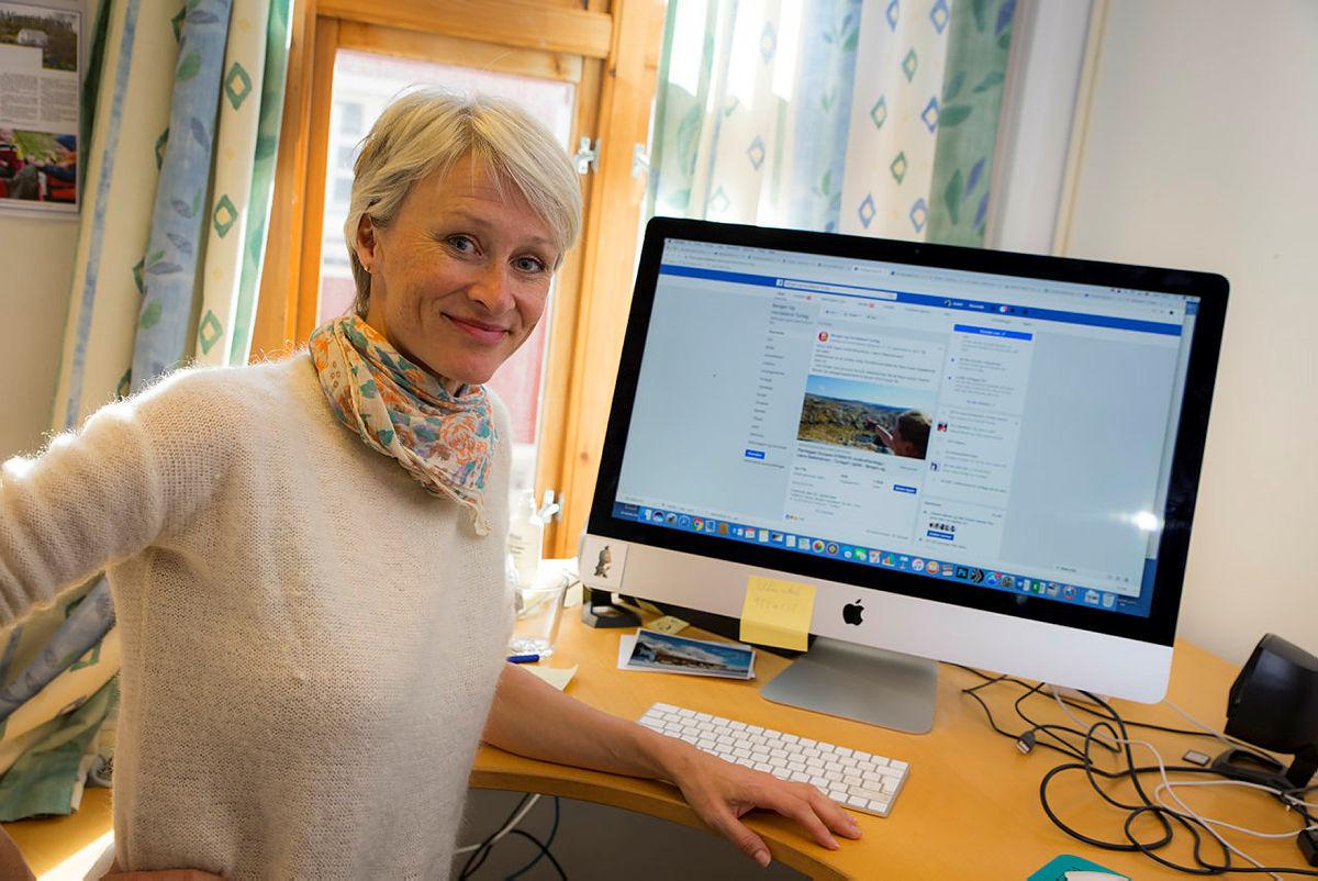 Helene Ødven, daglig leder i Bergen og Hordaland Turlag, inviterer Mark Zuckerberg til Stølsheimen.