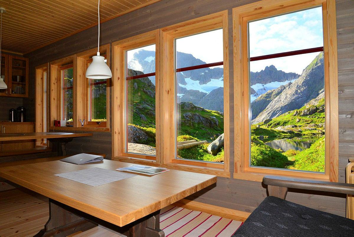 Utsikten mot Trollfjordfjellene fra sofakroken i den nye hyttaer formidabel.