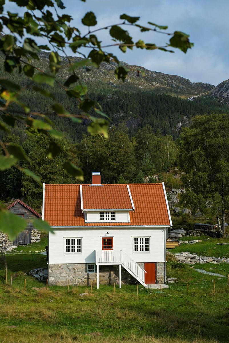 Ta turen til nyrestaurerte Bakken gard i Lysefjorden!