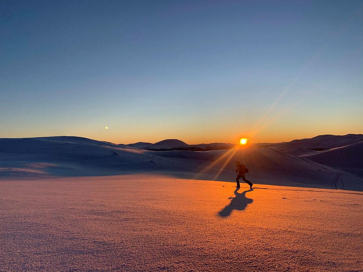 Bilder fra Trollhøe, 3. januar 2021. Trollhøe (1372 moh) er en ukjent perle plassert mellom fjellvannene Tesse og Lemonsjøen i Vågå Kommune. Turen opp er relativt lett, «passer for alle» samt tilgjengelig både sommer og vinter.