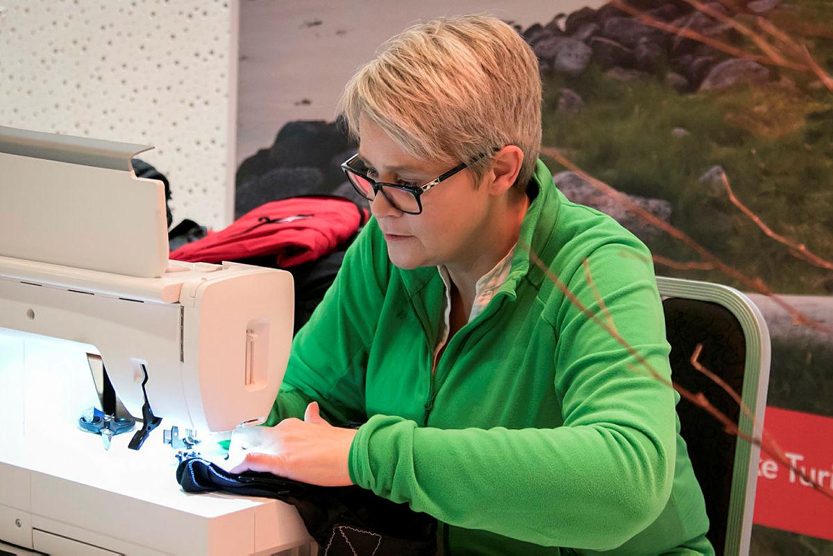 Anne i Bergans tok i mot og reparerte turtøy under hele konferansen.
