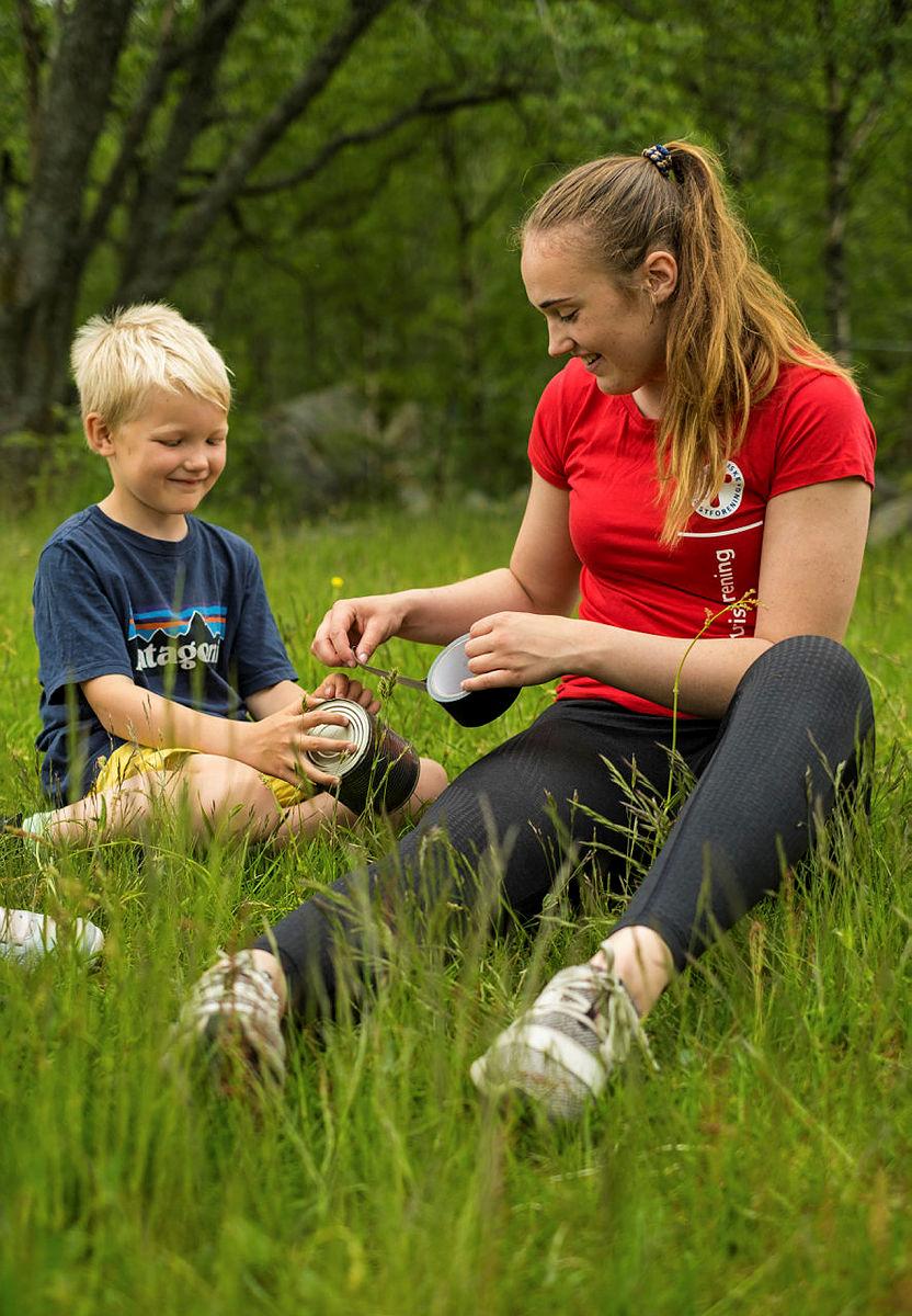 Flinke aktivitetsledere fra Stavanger Turistforening vil lede dere gjennom aktivitetene til barnas store glede.