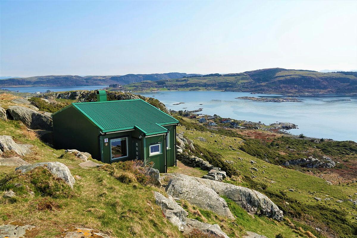 Fjøløy turisthytte ligger idyllisk til på toppen av Fjøløy med nydelig utsikt.