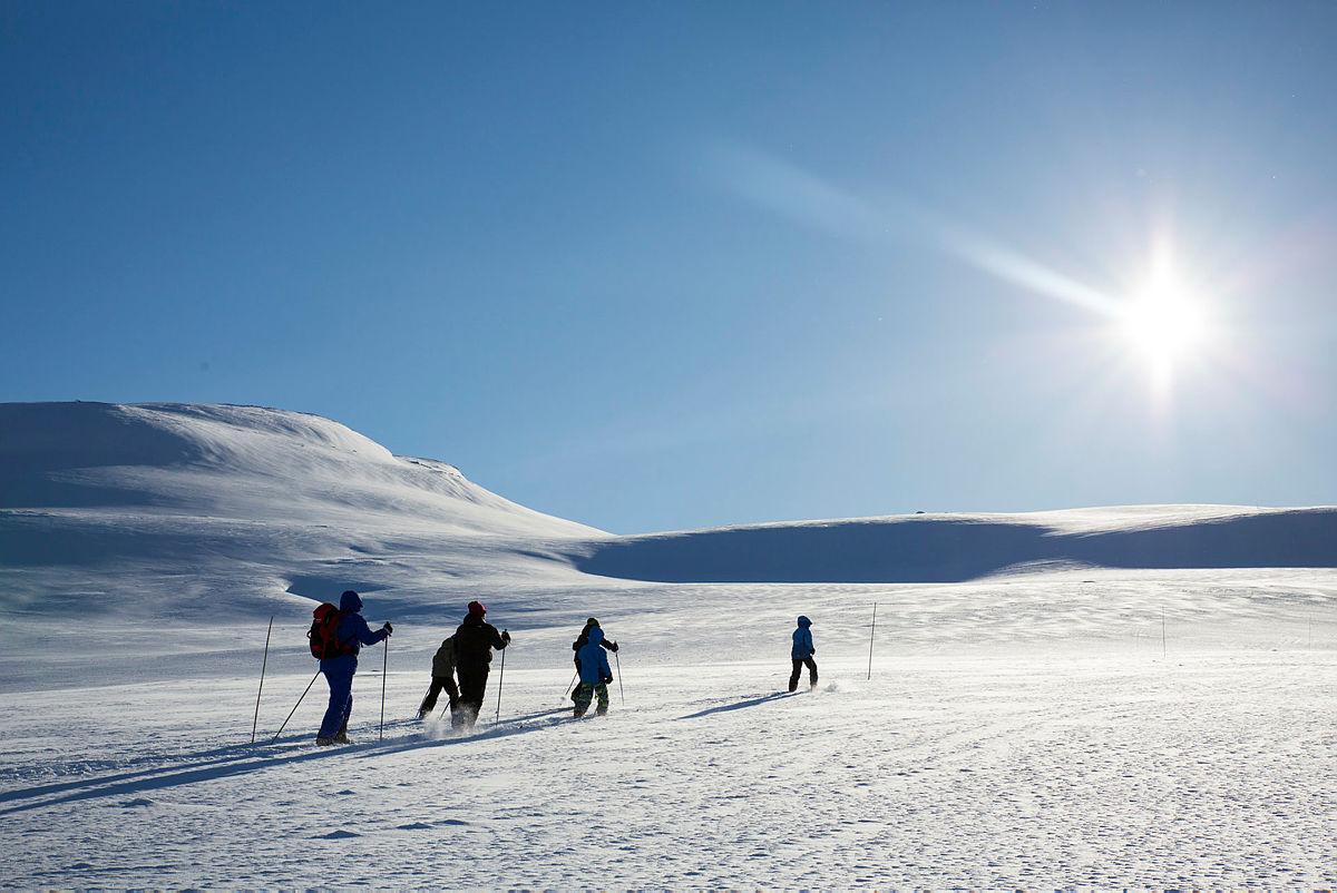 Hele familien på skitur fra Fondsbu mot Utsikten i 2018.