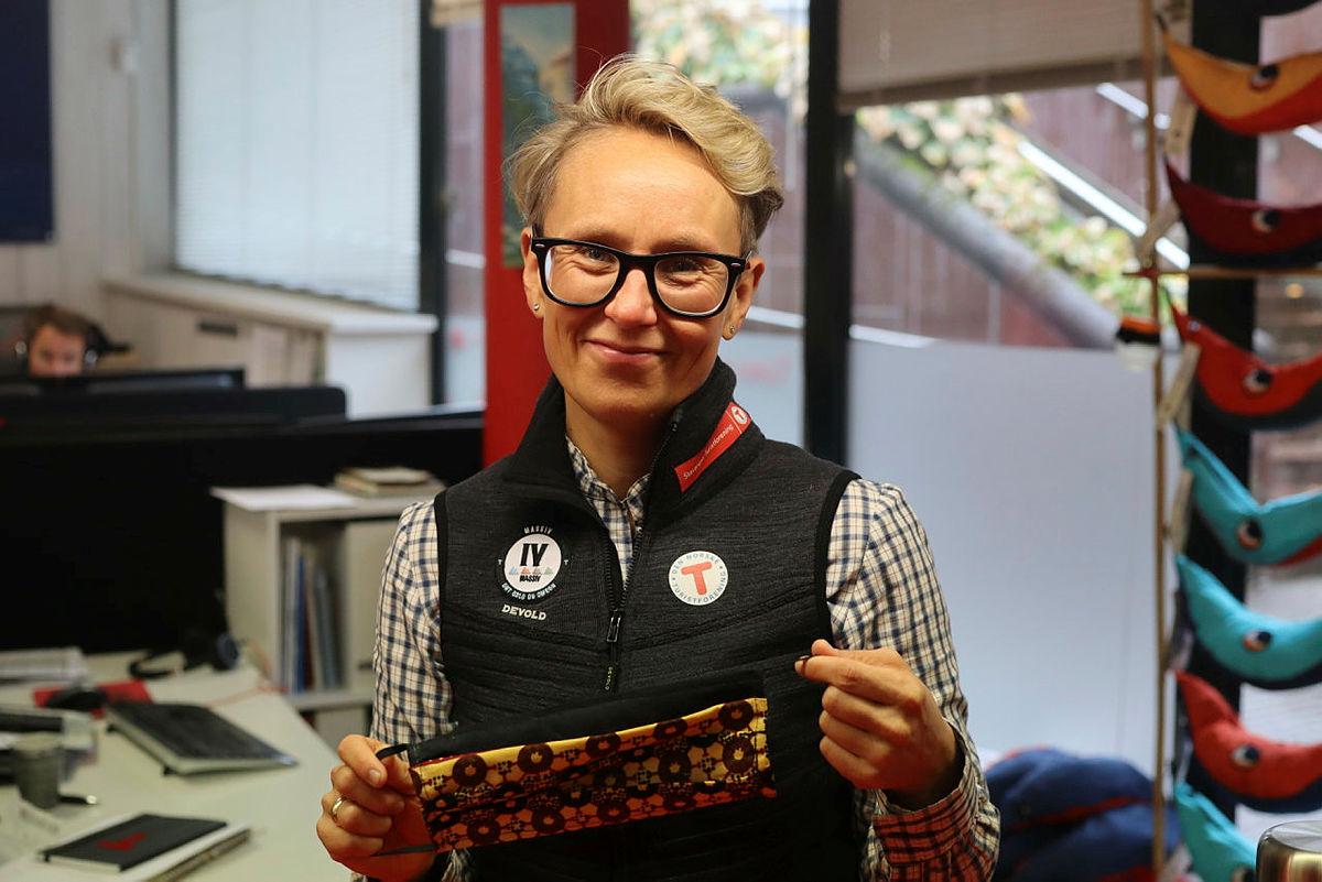 Kaja Raa Storaker, daglig leder i Tursenteret, gleder seg over å kunne tilby ansiktsmasker for salg i Tursenteret