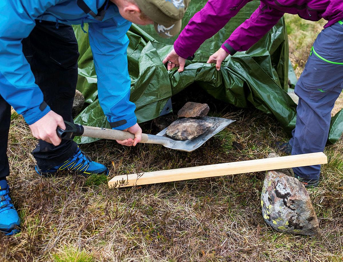Selve varmen kommer fra glovarme steiner. For å varme steinene fyrer du et skikkelig bål, og legger steinene oppi bålet. Bålet kan godt brenne en god stund for å sikre at steinene er ordentlig varme. Når steinene er klare, åpnes presenningen i den ene enden og steinene løftes inn én og én.