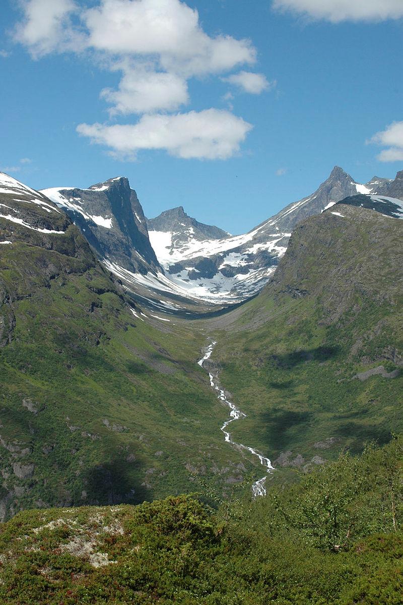 Utladalen i Vest-Jotunheimen sommer 2007. Midtmaradalen, mot Hurrungane. Mellom Skogadalsbøen og Vettismorki.