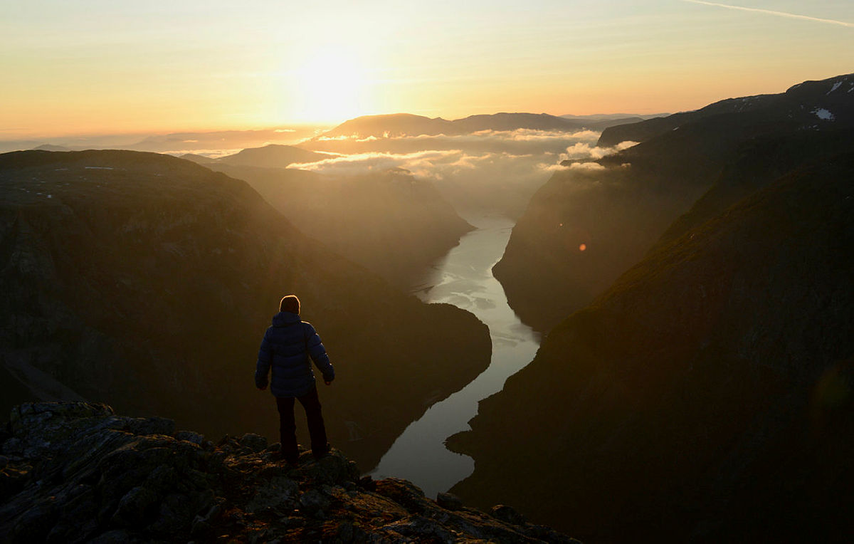 1.Soloppgang kl. 4.15 fargar spisse tindar med Hurrungane i Jotunheimen raude og Nærøyfjorden nedunder.